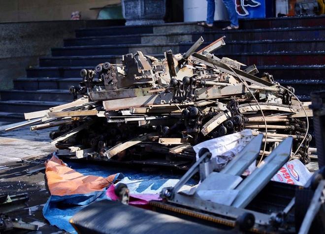Hà Nội: Cháy chi nhánh ngân hàng, cảnh sát giải cứu người dân sống ở chung cư phía trên bằng xe thang - Ảnh 4.