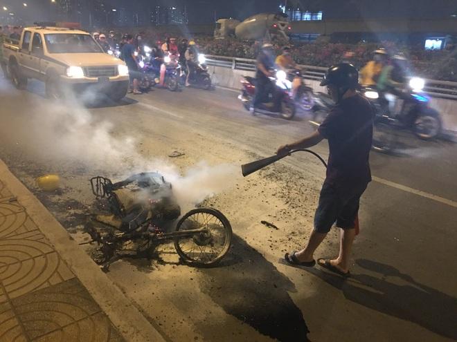 TP. HCM: Xe máy cháy trơ khung khi đi bão sau trận thắng của U22 Việt Nam trước Campuchia  - Ảnh 2.