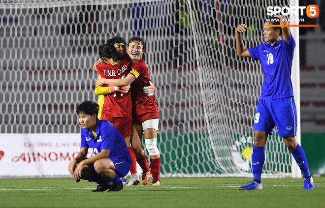 Bất lực trước ý chí kiên cường của các nữ chiến binh Việt Nam, tuyển nữ Thái Lan gục xuống sân cay đắng ngấn lệ - Ảnh 2.