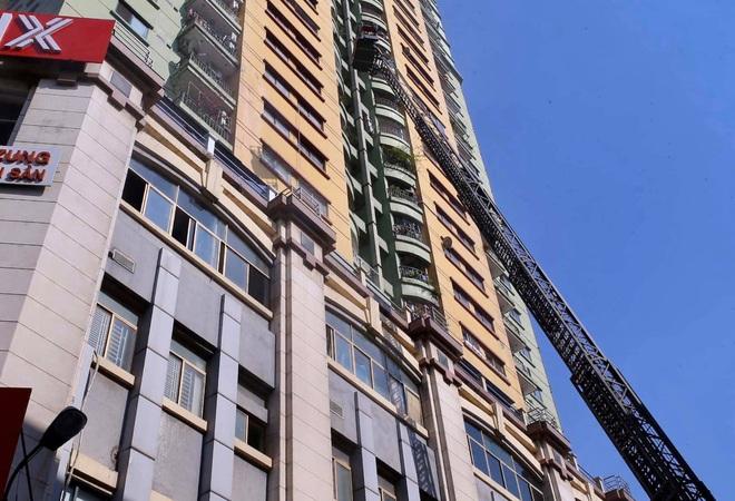 Hà Nội: Cháy chi nhánh ngân hàng, cảnh sát giải cứu người dân sống ở chung cư phía trên bằng xe thang - Ảnh 2.