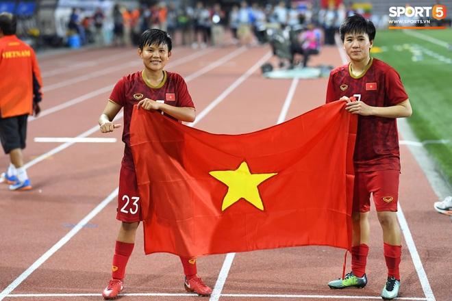 Xót xa đội trưởng tuyển nữ Việt Nam gục ngã đau đớn, phải nhờ bác sĩ cõng ra khỏi sân khi đồng đội ăn mừng huy chương vàng SEA Games - ảnh 11