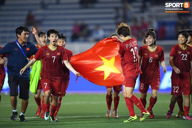 Xót xa đội trưởng tuyển nữ Việt Nam gục ngã đau đớn, phải nhờ bác sĩ cõng ra khỏi sân khi đồng đội ăn mừng huy chương vàng SEA Games - ảnh 10