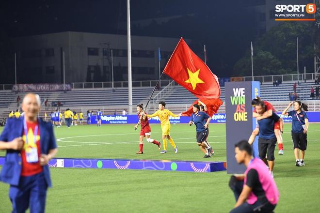 Xót xa đội trưởng tuyển nữ Việt Nam gục ngã đau đớn, phải nhờ bác sĩ cõng ra khỏi sân khi đồng đội ăn mừng huy chương vàng SEA Games - ảnh 9