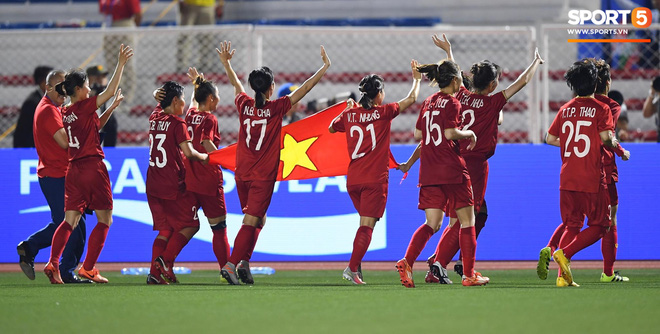 Xót xa đội trưởng tuyển nữ Việt Nam gục ngã đau đớn, phải nhờ bác sĩ cõng ra khỏi sân khi đồng đội ăn mừng huy chương vàng SEA Games - ảnh 8