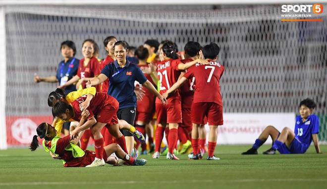 Xót xa đội trưởng tuyển nữ Việt Nam gục ngã đau đớn, phải nhờ bác sĩ cõng ra khỏi sân khi đồng đội ăn mừng huy chương vàng SEA Games - ảnh 2