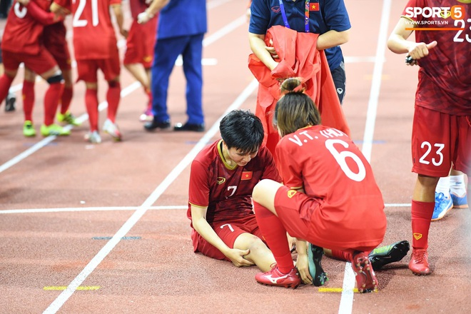 Xót xa đội trưởng tuyển nữ Việt Nam gục ngã đau đớn, phải nhờ bác sĩ cõng ra khỏi sân khi đồng đội ăn mừng huy chương vàng SEA Games - ảnh 5
