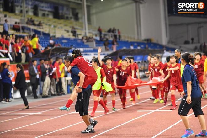 Xót xa đội trưởng tuyển nữ Việt Nam gục ngã đau đớn, phải nhờ bác sĩ cõng ra khỏi sân khi đồng đội ăn mừng huy chương vàng SEA Games - ảnh 4