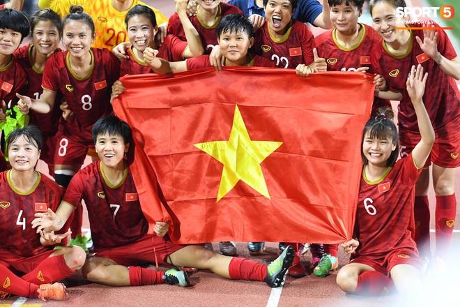 Xót xa đội trưởng tuyển nữ Việt Nam gục ngã đau đớn, phải nhờ bác sĩ cõng ra khỏi sân khi đồng đội ăn mừng huy chương vàng SEA Games - ảnh 7