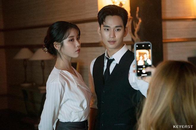 Chán làm trùm khách sạn ma Hotel Del Luna, Kim Soo Hyun đầu thai thành anh hộ lí điển trai ở phim mới - ảnh 1