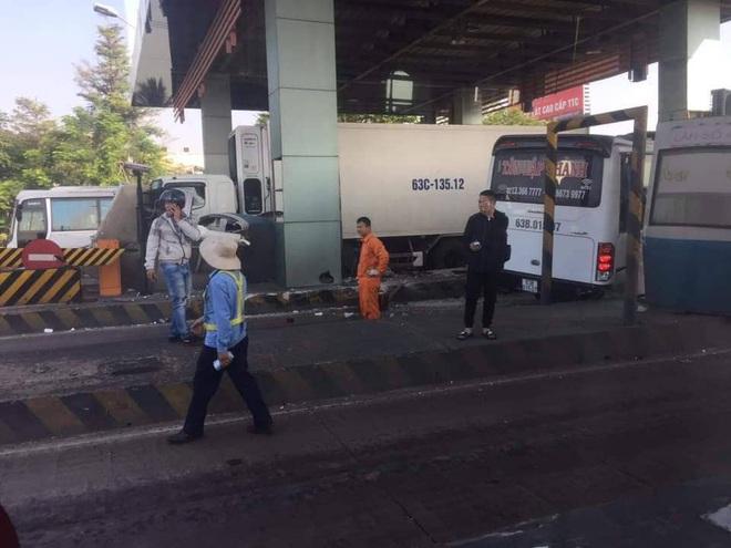 TP.HCM: Xe khách đại náo trạm thu phí, nhiều người khóc thét trong hoảng loạn - Ảnh 3.