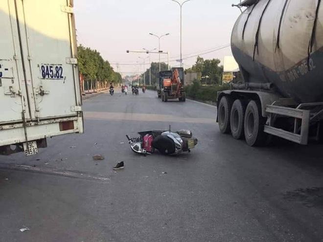 Hà Nội: Xe máy va chạm với xe tải khiến mẹ tử vong, con gái 6 tuổi chấn thương sọ não - ảnh 1