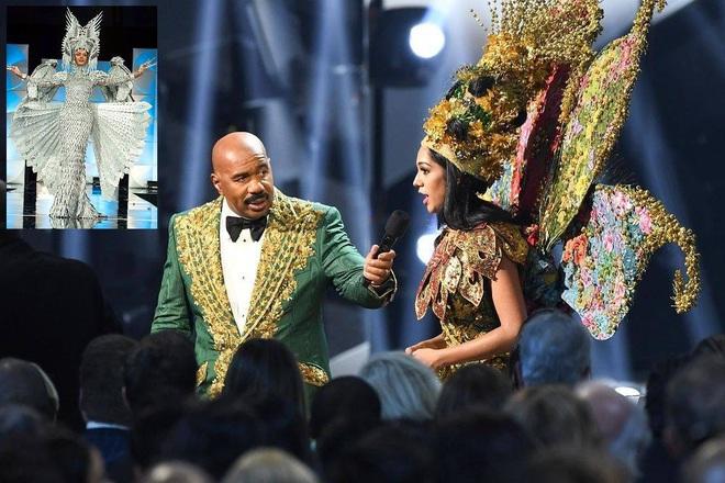 MC Steve Harvey lặp lại sự cố 2015 khi công bố nhầm kết quả giải Quốc phục trong đêm chung kết Miss Universe 2019? - ảnh 1