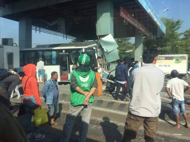 TP.HCM: Xe khách đại náo trạm thu phí, nhiều người khóc thét trong hoảng loạn - Ảnh 2.
