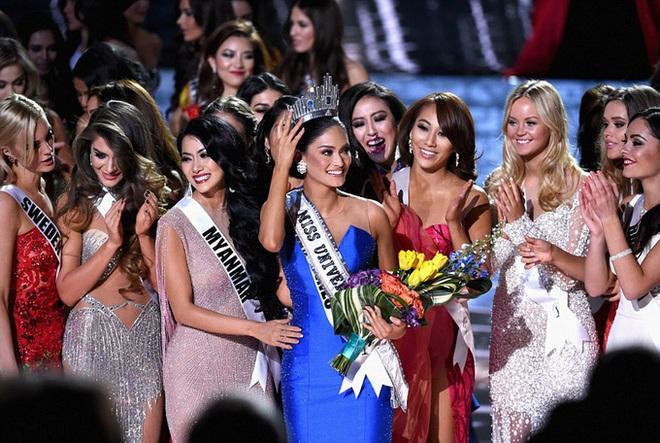 MC Steve Harvey lặp lại sự cố 2015 khi công bố nhầm kết quả giải Quốc phục trong đêm chung kết Miss Universe 2019? - ảnh 4