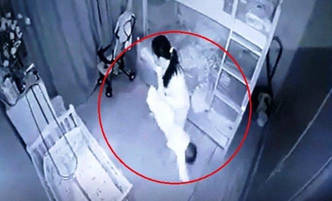 Tạm giữ nữ giúp việc dốc ngược, quăng đi quăng lại bé gái 13 tháng ở Nghệ An - Ảnh 1.
