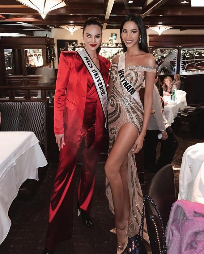 Chiến lược thời trang cao tay của Hoàng Thùy tại Miss Universe: Mỗi ngày diện một màu không trùng phát nào, lần nào cũng rực rỡ chói chang - ảnh 7