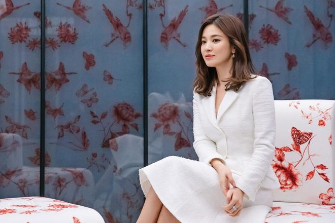 Để trông sang như diện đồ hiệu dù lên đồ tiết kiệm, nàng công sở hãy học ngay thần chú màu trắng của Song Hye Kyo - ảnh 1