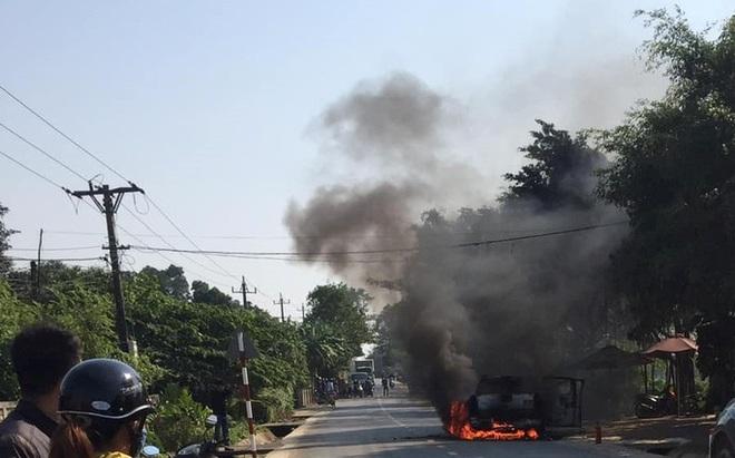 Ô tô bán tải bốc cháy trơ khung, nữ tài xế khóc nức nở - ảnh 1