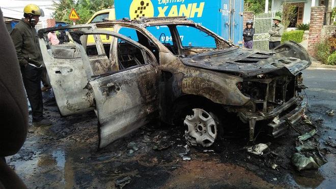 Ô tô bán tải bốc cháy trơ khung, nữ tài xế khóc nức nở - ảnh 2