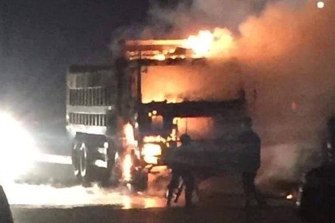 Đâm vào xe tải, người lái xe máy bị thiêu rụi trên cao tốc Hà Nội - Bắc Giang - ảnh 1