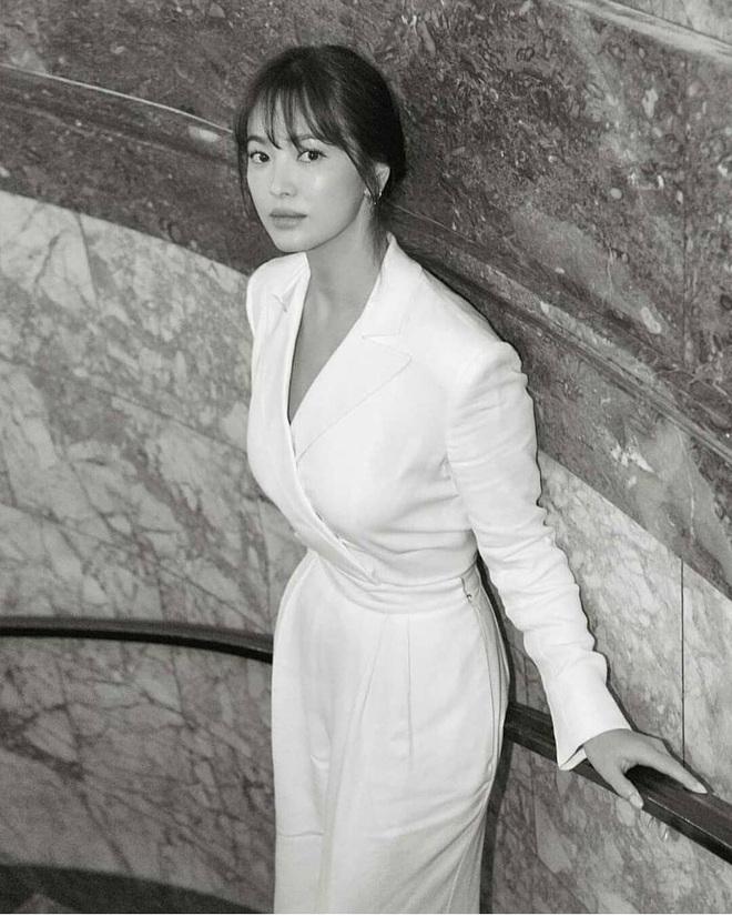 Để trông sang như diện đồ hiệu dù lên đồ tiết kiệm, nàng công sở hãy học ngay thần chú màu trắng của Song Hye Kyo - ảnh 3