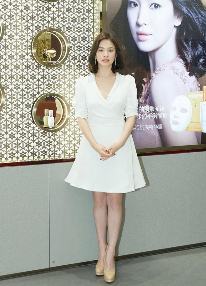 Để trông sang như diện đồ hiệu dù lên đồ tiết kiệm, nàng công sở hãy học ngay thần chú màu trắng của Song Hye Kyo - ảnh 6