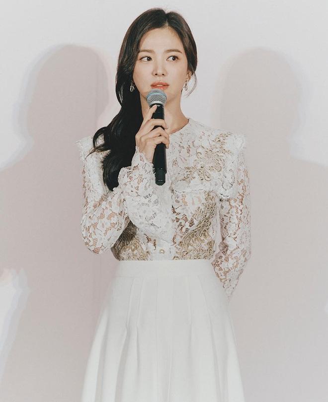 Để trông sang như diện đồ hiệu dù lên đồ tiết kiệm, nàng công sở hãy học ngay thần chú màu trắng của Song Hye Kyo - ảnh 8