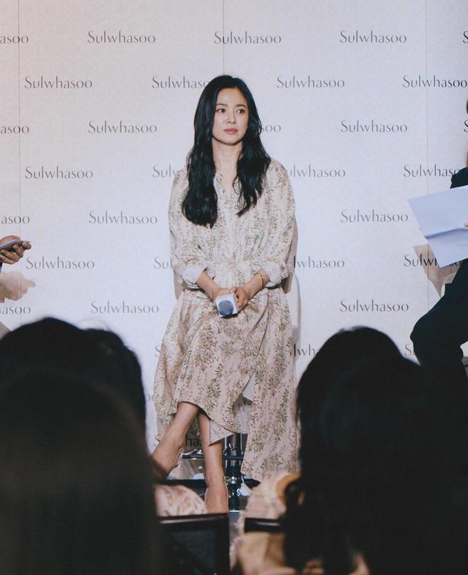 Để trông sang như diện đồ hiệu dù lên đồ tiết kiệm, nàng công sở hãy học ngay thần chú màu trắng của Song Hye Kyo - ảnh 9