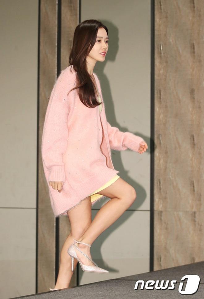 Sự kiện ngược đời: Nữ thần Son Ye Jin lu mờ trước nữ phụ cực sang chảnh, lộ khoảnh khắc cực tình với Hyun Bin - ảnh 2