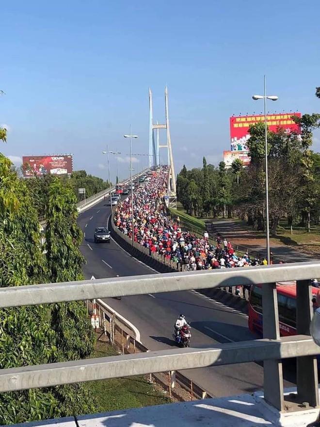 Khoảnh khắc trái ngược trên cầu Mỹ Thuận: Làn đường hướng về Sài Gòn chật kín người, làn ngược lại về miền Tây rộng thênh thang - Ảnh 1.