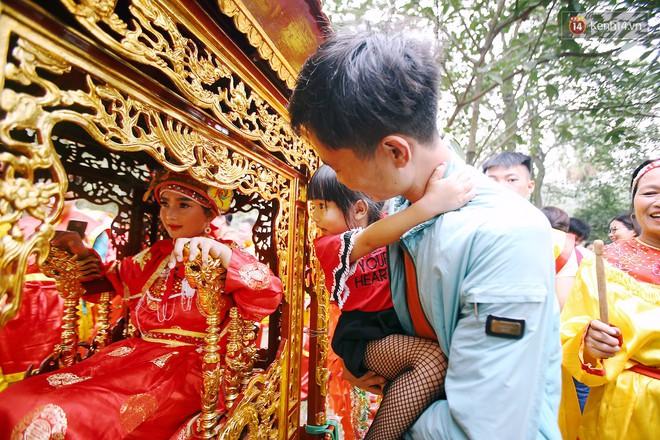 """Hà Nội: """"Tướng bà"""" 12 tuổi được ngồi trên kiệu, bảo vệ nghiêm ngặt tránh bị bắt cóc ở hội Gióng - Ảnh 7."""