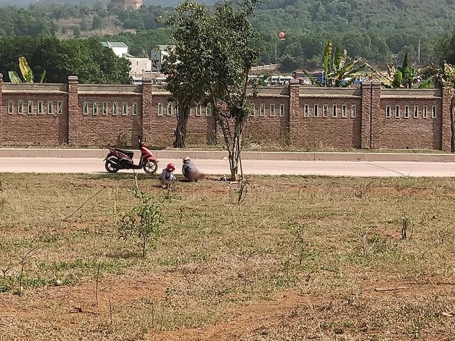 Hai cô gái vô tư tiểu bậy ở bãi đất trống giữa ban ngày, khiến cả gia đình đang ngồi ăn cơm phải đỏ mặt quay đi - Ảnh 2.