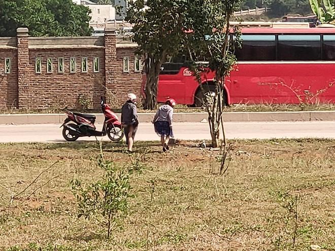 Hai cô gái vô tư tiểu bậy ở bãi đất trống giữa ban ngày, khiến cả gia đình đang ngồi ăn cơm phải đỏ mặt quay đi - Ảnh 3.