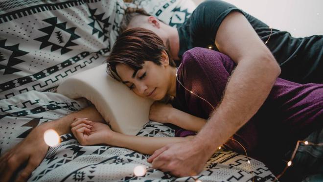 Không dành cho người ế: Chiếc gối chống tê tay khi gấu muốn ôm nhau ngủ kiểu úp thìa - Ảnh 3.