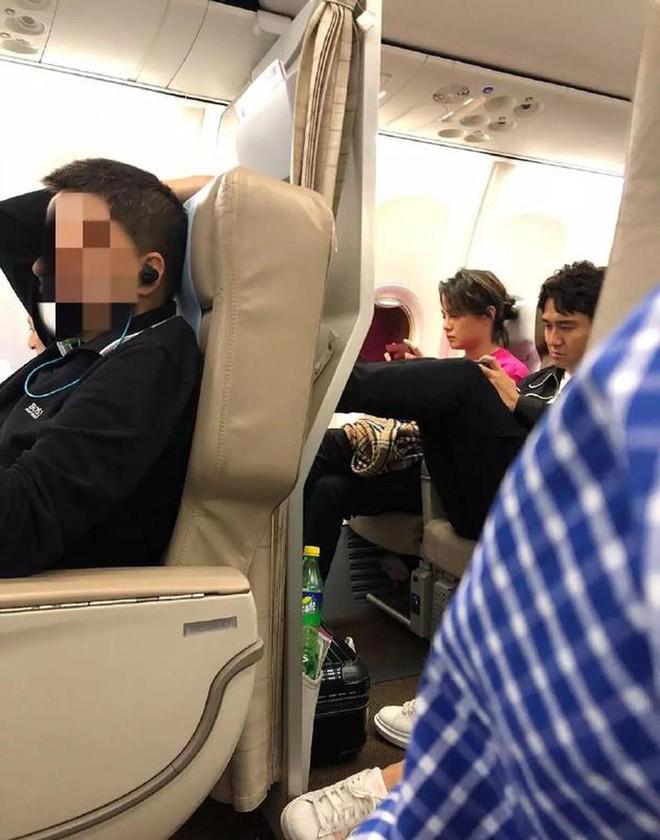 Tiến sĩ rởm của Cbiz Địch Thiên Lâm tiếp tục nhận rổ gạch vì ngang nhiên vắt chân lên thành ghế máy bay - Ảnh 2.
