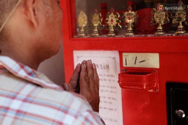 Bỏ tiền xu lấy thẻ xăm bằng máy tự động: Người Sài Gòn nườm nượp xem quẻ đầu năm thời công nghệ 4.0 - ảnh 4
