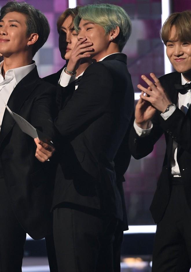 Chùm ảnh: Khoảnh khắc xuất thần của V (BTS) ở Grammy khiến dân tình phải thốt lên Chàng trai với mái tóc xanh lá là ai vậy? - Ảnh 12.