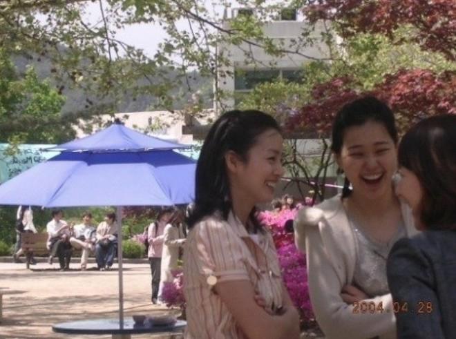 Hoa hậu Hàn đẹp nhất châu Á Honey Lee và nữ thần Kim Tae Hee: Ai nổi tiếng hơn ở trường đại học? - Ảnh 2.