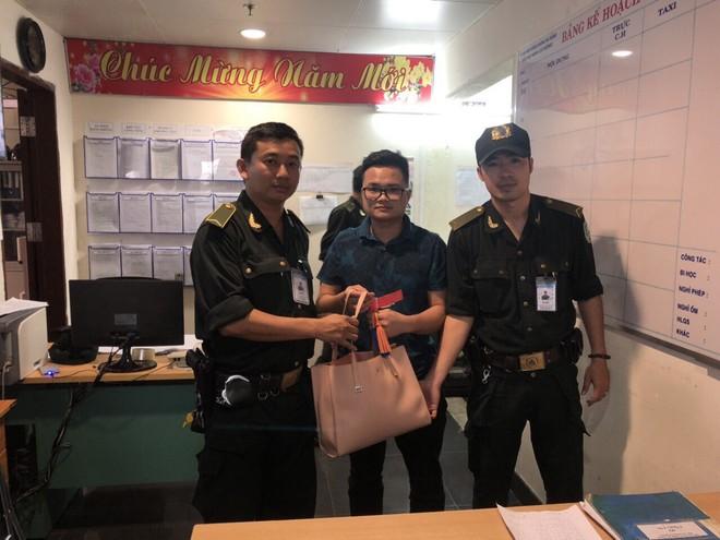 Tài xế taxi lấy túi xách của khách để quên ở sân bay Đà Nẵng - ảnh 1