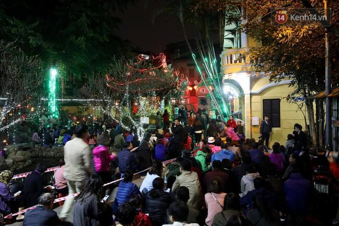 Tối mùng 8 Tết, hàng nghìn người Hà Nội tràn ra đường cúng sao giải hạn ở chùa Phúc Khánh - Ảnh 2.
