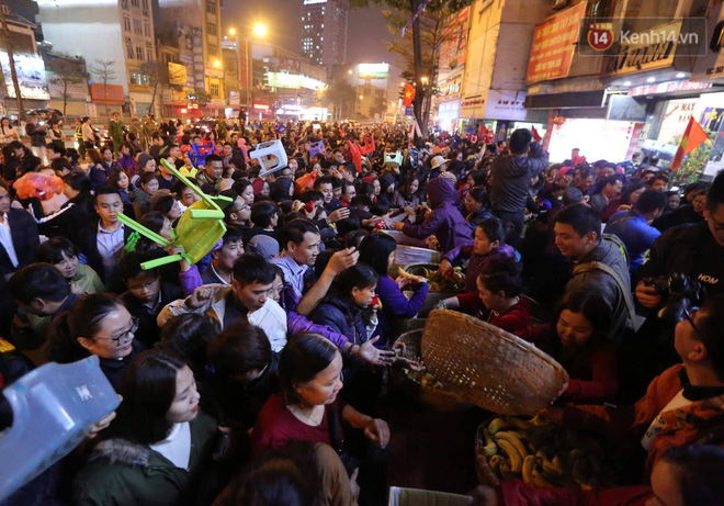 Tối mùng 8 Tết, hàng nghìn người Hà Nội tràn ra đường cúng sao giải hạn ở chùa Phúc Khánh - Ảnh 11.
