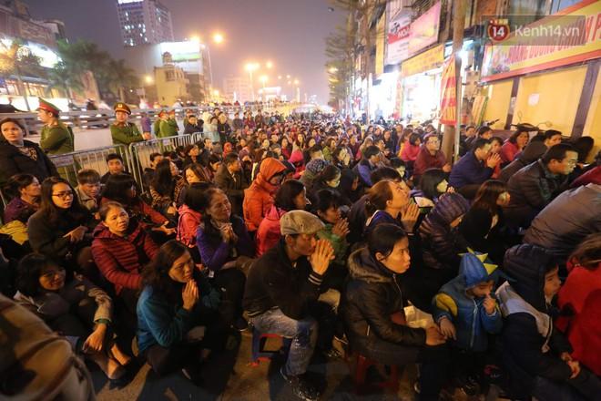 Tối mùng 8 Tết, hàng nghìn người Hà Nội tràn ra đường cúng sao giải hạn ở chùa Phúc Khánh - ảnh 8