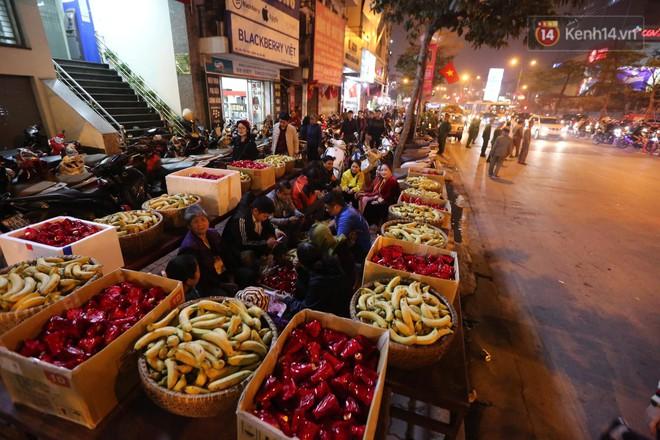 Tối mùng 8 Tết, hàng nghìn người Hà Nội tràn ra đường cúng sao giải hạn ở chùa Phúc Khánh - ảnh 12