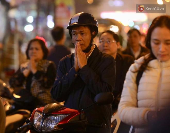 Tối mùng 8 Tết, hàng nghìn người Hà Nội tràn ra đường cúng sao giải hạn ở chùa Phúc Khánh - Ảnh 9.
