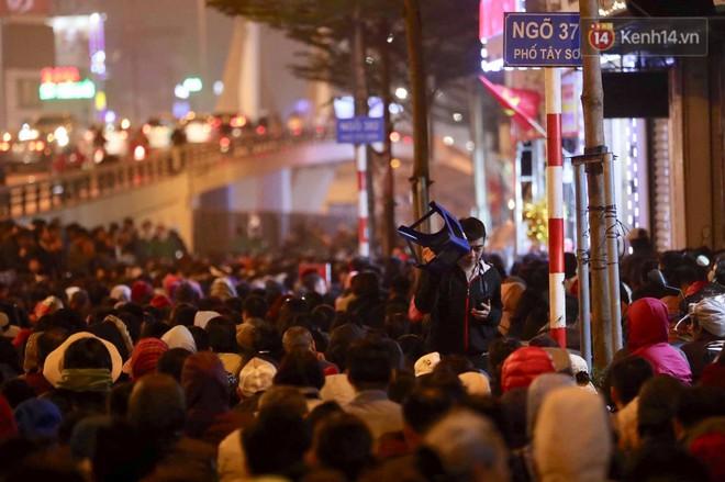 Tối mùng 8 Tết, hàng nghìn người Hà Nội tràn ra đường cúng sao giải hạn ở chùa Phúc Khánh - ảnh 7