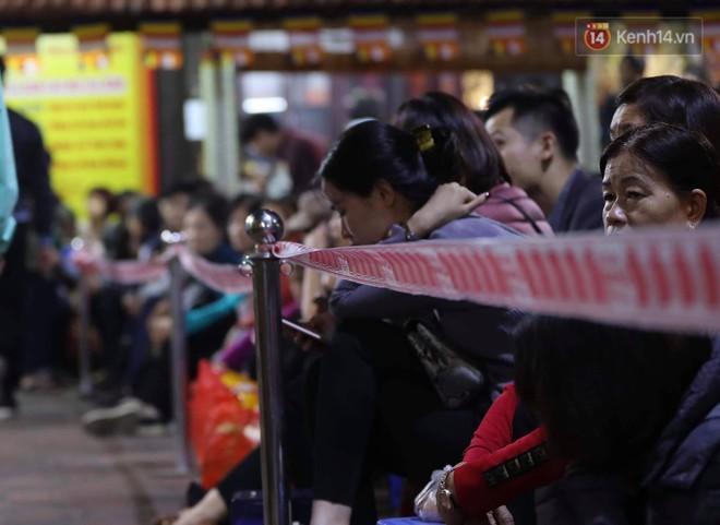 Tối mùng 8 Tết, hàng nghìn người Hà Nội tràn ra đường cúng sao giải hạn ở chùa Phúc Khánh - Ảnh 3.