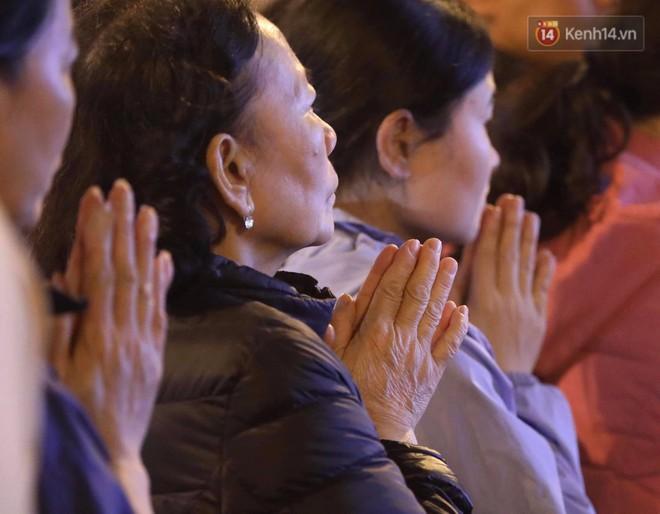 Tối mùng 8 Tết, hàng nghìn người Hà Nội tràn ra đường cúng sao giải hạn ở chùa Phúc Khánh - ảnh 9