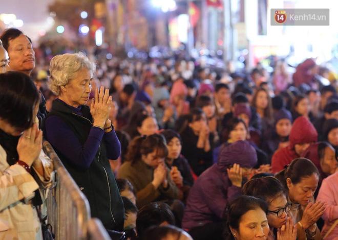 Tối mùng 8 Tết, hàng nghìn người Hà Nội tràn ra đường cúng sao giải hạn ở chùa Phúc Khánh - ảnh 5