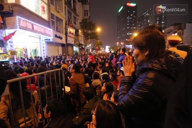 Tối mùng 8 Tết, hàng nghìn người Hà Nội tràn ra đường cúng sao giải hạn ở chùa Phúc Khánh - ảnh 6