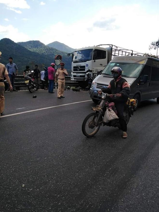 Nam phượt thủ đổ đèo Bảo Lộc gặp nạn, người và xe dính chặt vào đầu xe tải - ảnh 2